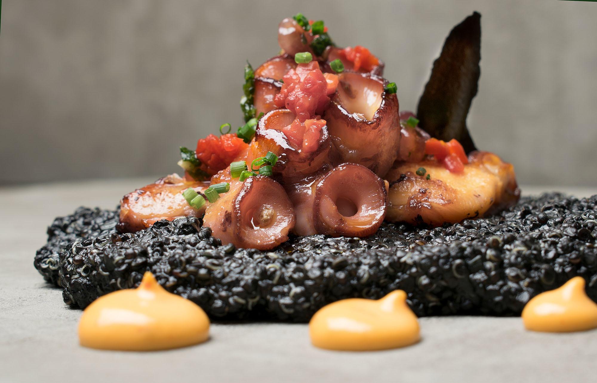 Quinotto y pulpo a la plancha: quinotto con tinta de calamar, mahonesa...