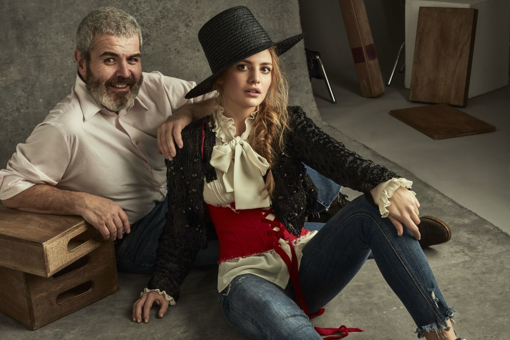 Lonrezo Caprile junto a la modelo Carlota Hernáez, ella vestida con...