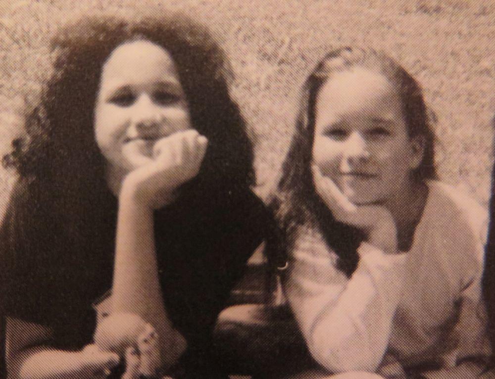 Meghan Markle junto a una compañera de su escuela a los 11 años.