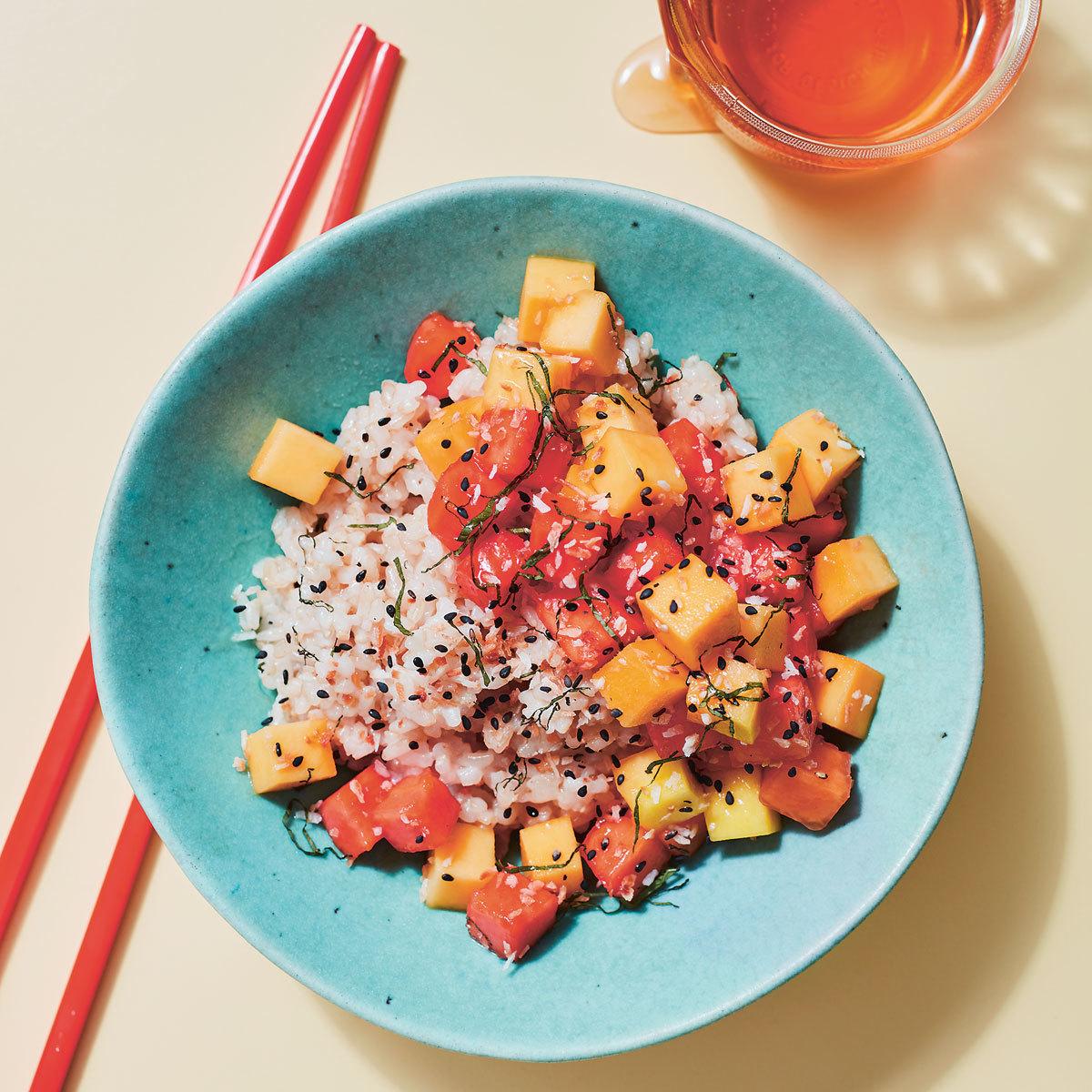 Poke de mango y papaya con arroz de coco