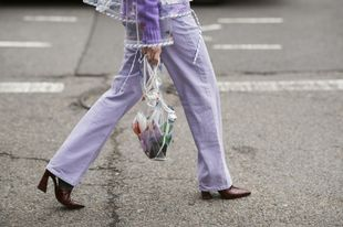 Una shopping bag transparente culmina un total look lavanda, el color...