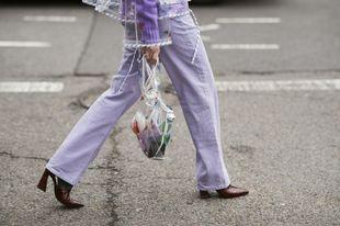 Una shopping bag transparente culmina un total look lavanda, el color...