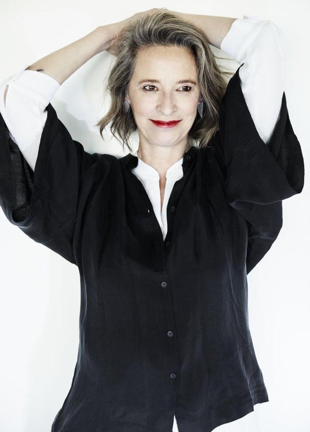 Paola Dominguín con camisa blanca, ÁNGEL SCHLESSER y otra de seda,...