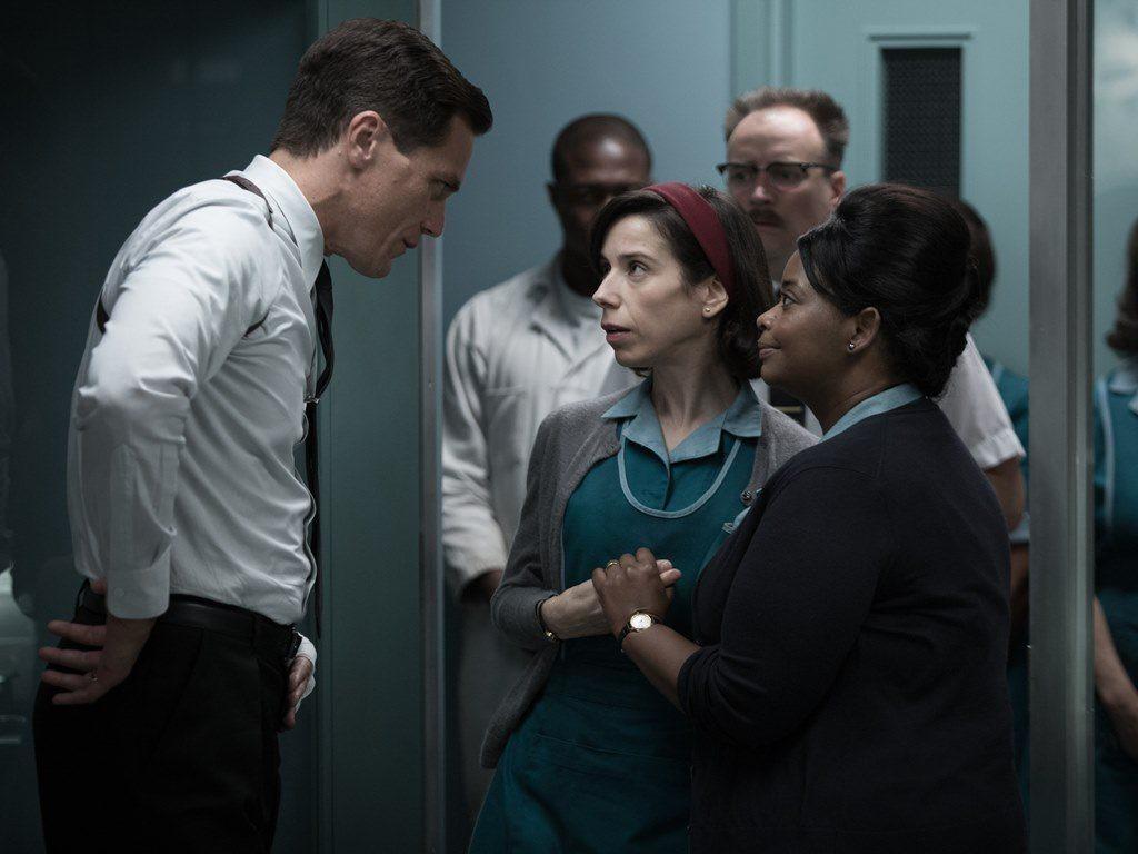 Sally Hawkins (en el centro) interpreta a Elisa, una joven muda que...