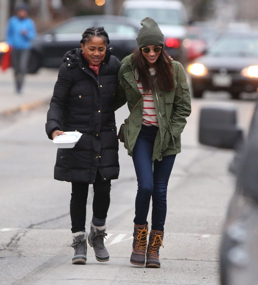 Meghan Markle paseando con su madre, Doria Ragland.