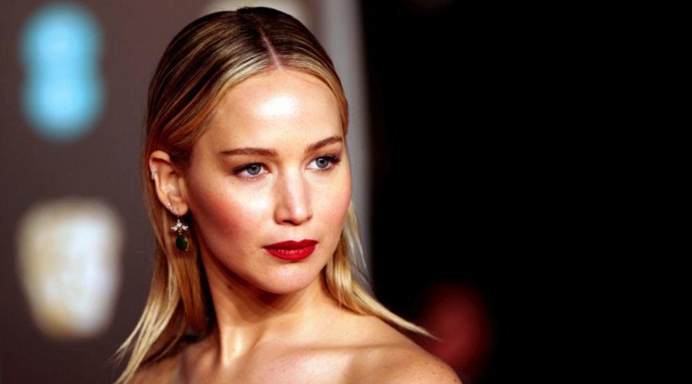 Jennifer Lawrence presumiendo de look de belleza en los Premios BAFTA...