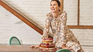 En la imagen, Alejandra de Rojas con una tarta de Balbisiana.