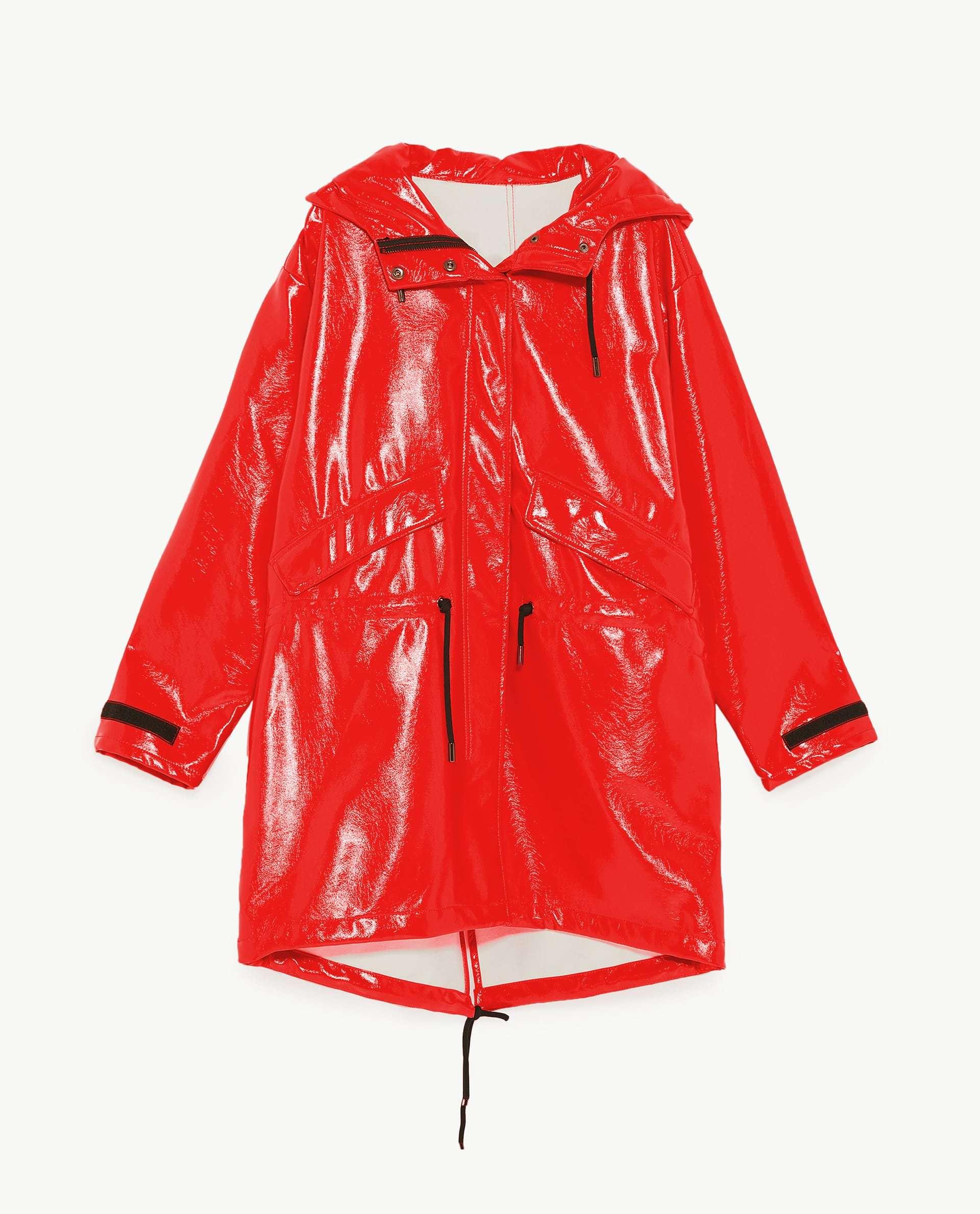 Chubasquero rojo de Zara (49,95 euros).