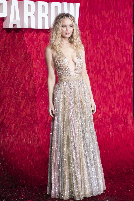 Jennider Lawrence con un modelo de Dior Alta Costura en la premier de...