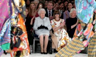 Anna Wintur y la Reina Isabel II en el front row de Richard Quinn.