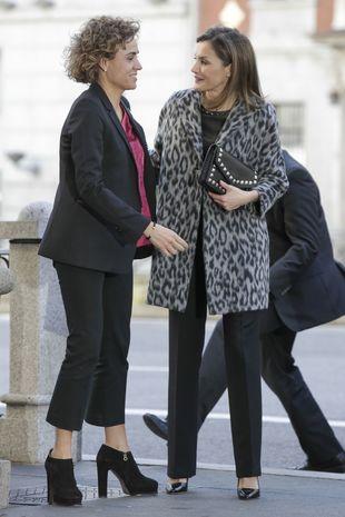 La Reina Letizia y Dolors Monserrat a la entrada de la reunión contra...