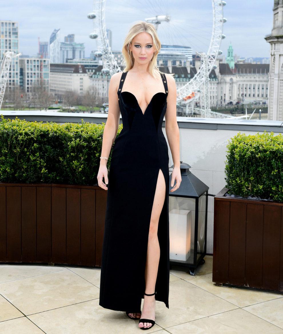 Jennifer Lawrence, con el polémico vestido durante la presentación...