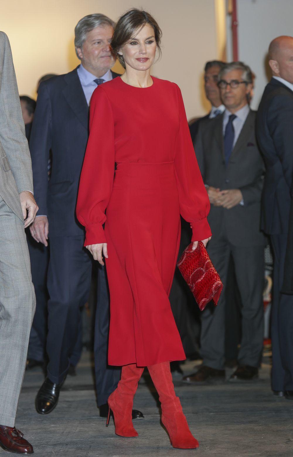 Doña Letizia ha apostadopor un total look en rojo.