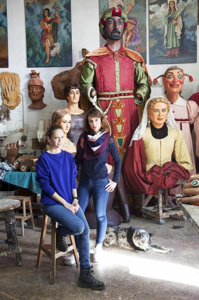 Dolors y Teresa Casserras en su taller de gigantes de Solsona.