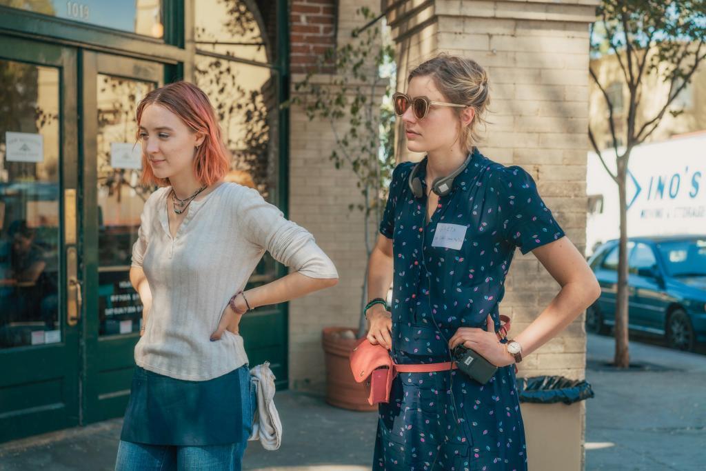 La directora y actriz Greta Gerwig con Saoirse Ronan en el rodaje de...