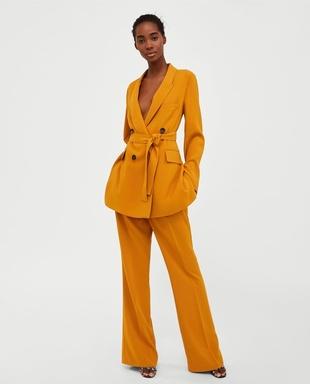 Sastre mostaza de la firma Zara.