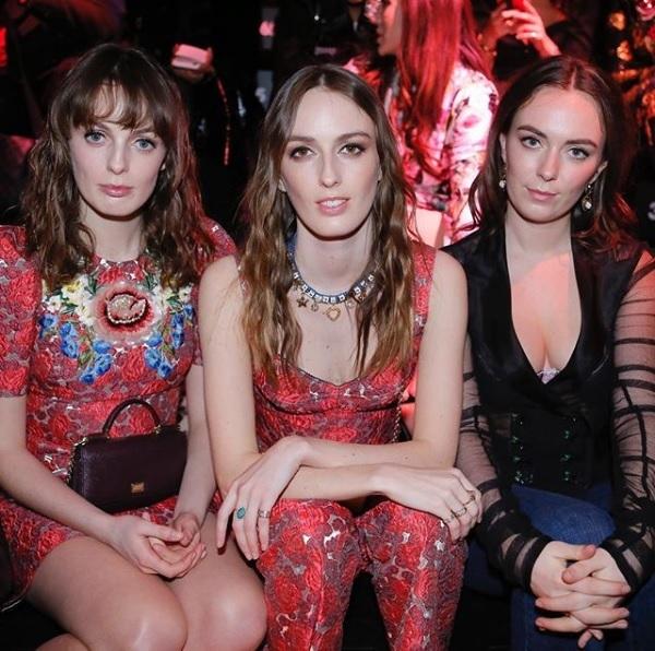 Las hermanas Manners sentadas en el front row de Dolce & Gabbana.
