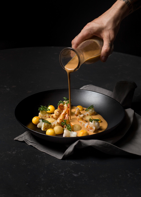 Suquet de langostinos, melocotón y aceite de picada