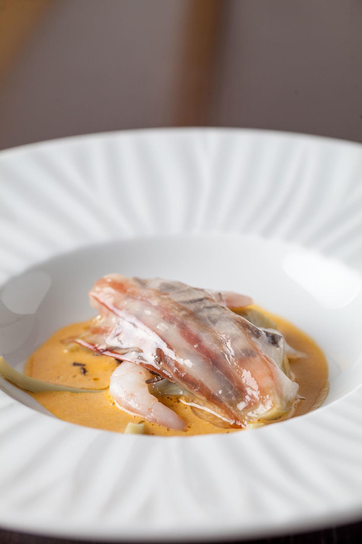 Alcachofa, gamba blanca de Cullera, panceta y suquet de avellana