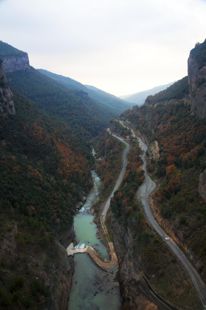En la montaña pre-pirrenaica, pantano de La Llosa del Cavall y...