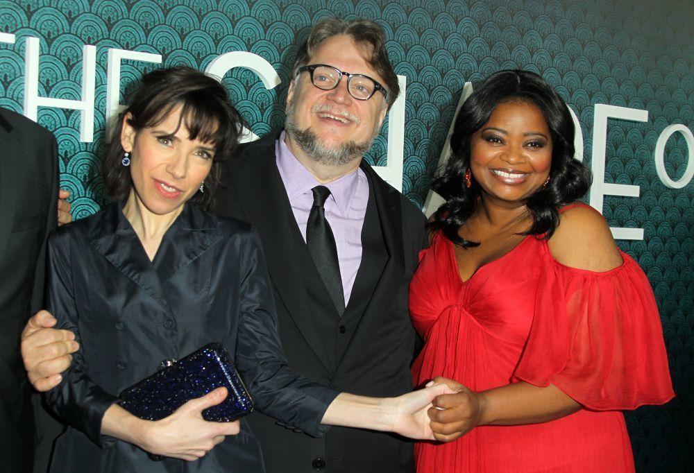 """Guillermo del Toro junto a las actrices protagonistas de """"La forma del..."""