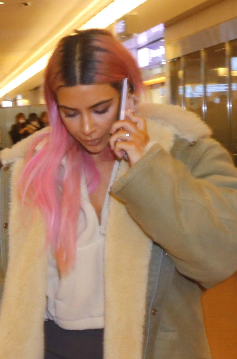 Kim Kardashian se apunta a la moda del pelo rosa (con raíz).