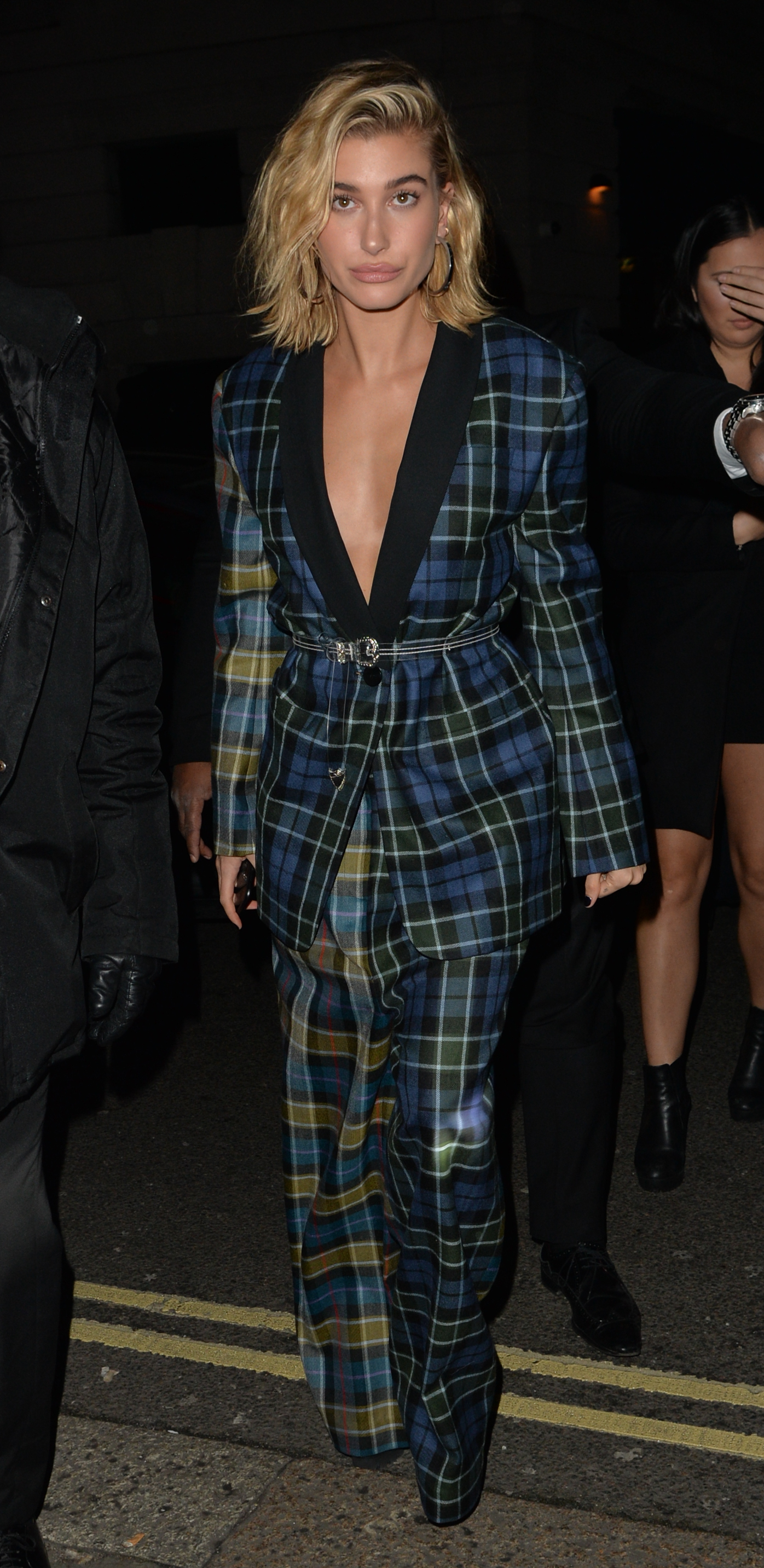Hailey Baldwin total look a cuadros