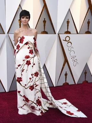 La actriz española arriesgó con un vestido de estética oriental...