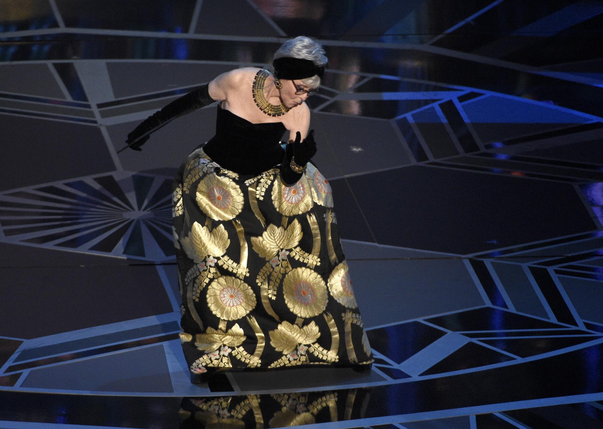 Rita Moreno, de 86 años de edad, con el vestido que ya usó para...