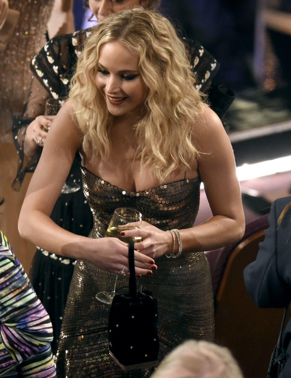 Jennifer Lawrence con su copa de vino antes del comienzo de los...
