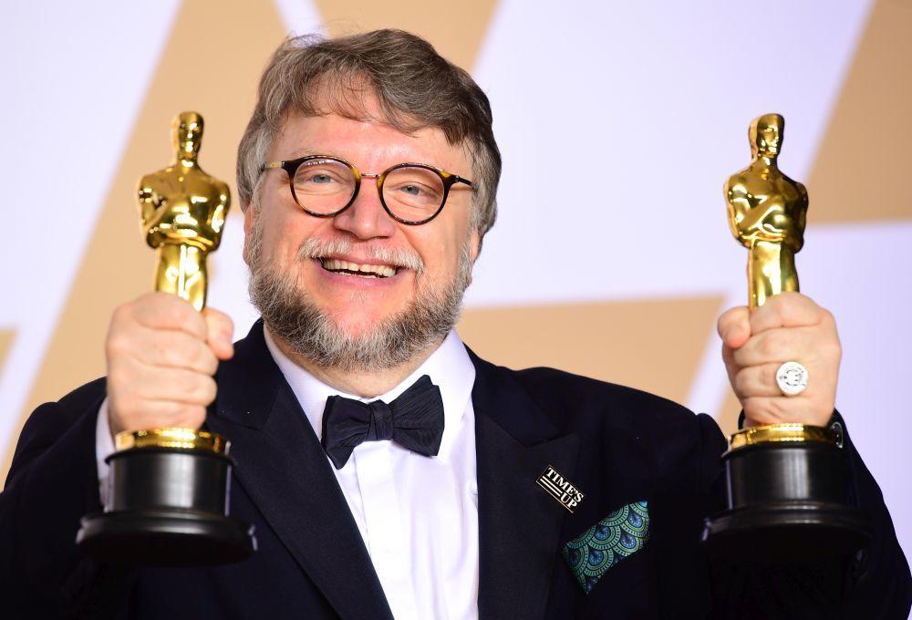 Guillermo del Toro con pin del movimiento Time's Up.