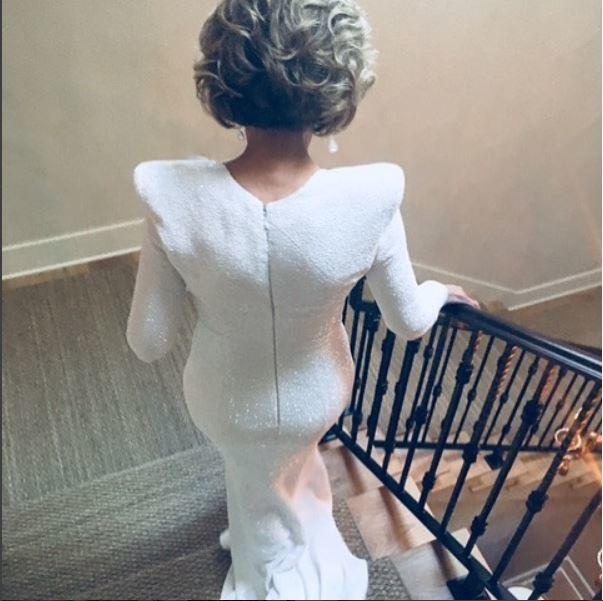 Con este espectacular vestido se disponía a salir en dirección a la...