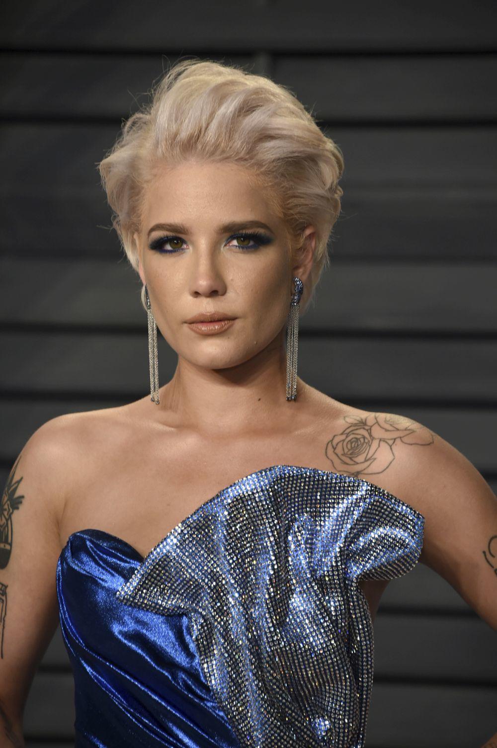 La Cantante Halsey Llegó A La Post Fiesta Con Un Vestido Azul