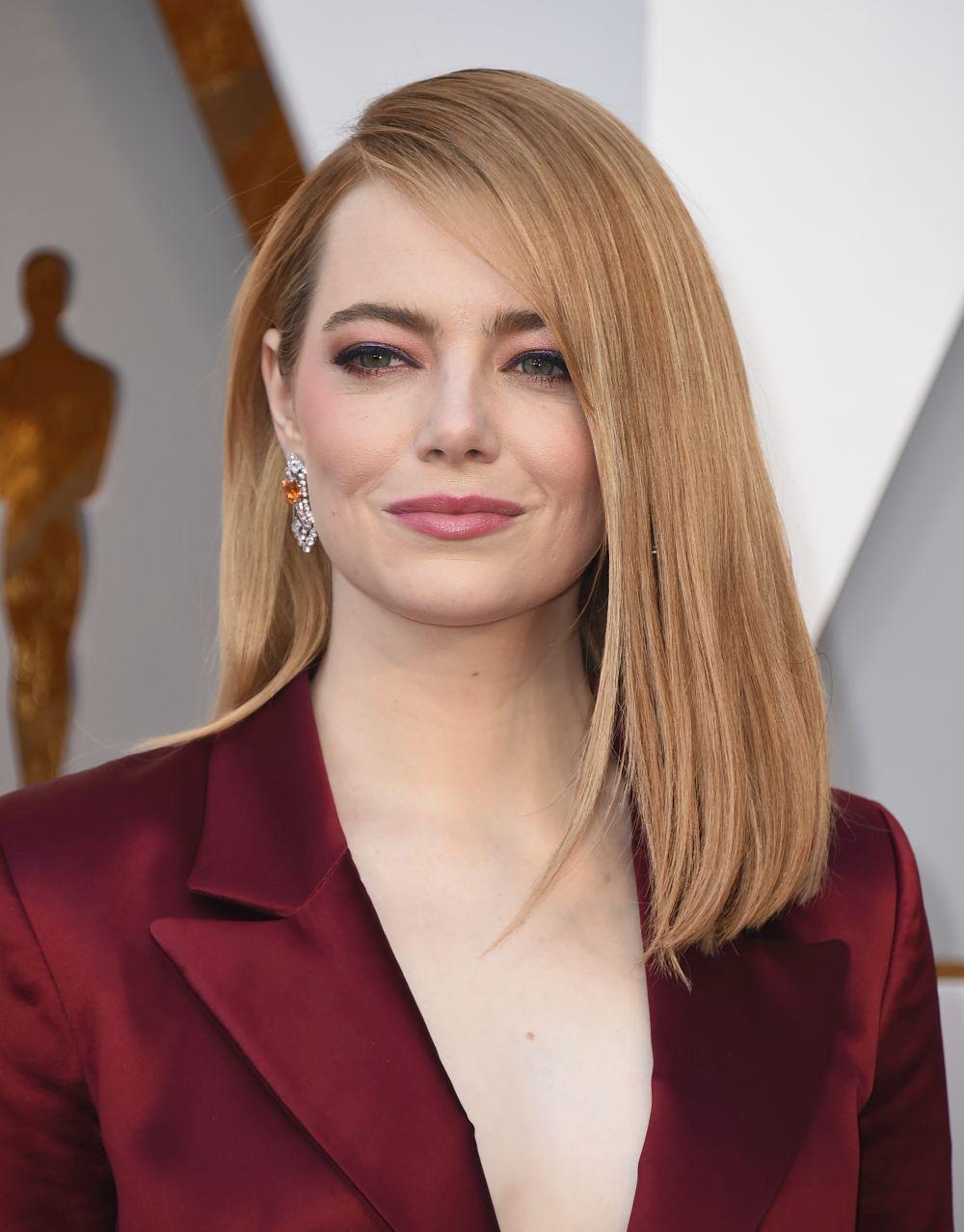 Emma Stone prefirió la raya al lado para darle volumen a su melena...