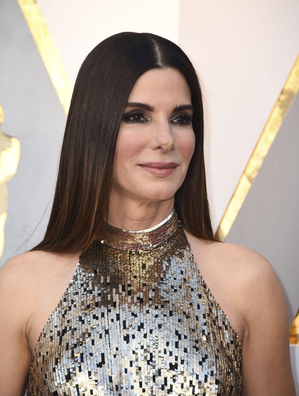 Sandra Bullock presume de cabello extra largo con la raya en medio.