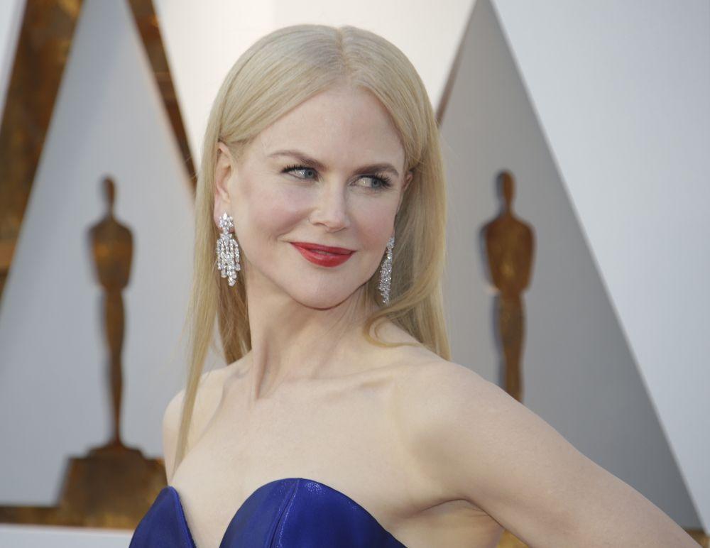 Nicole Kidman eligió lucir una melena ligeramente aplastada con raya...