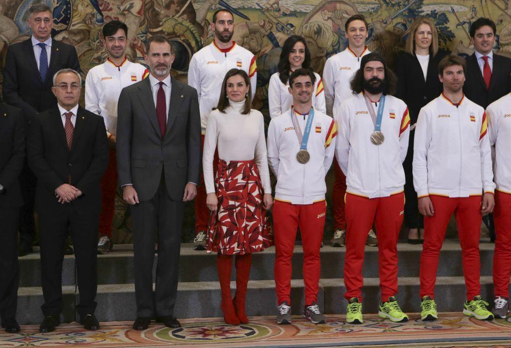 Los Reyes de España Felipe VI y Letizia Ortiz con el patinador Javier...