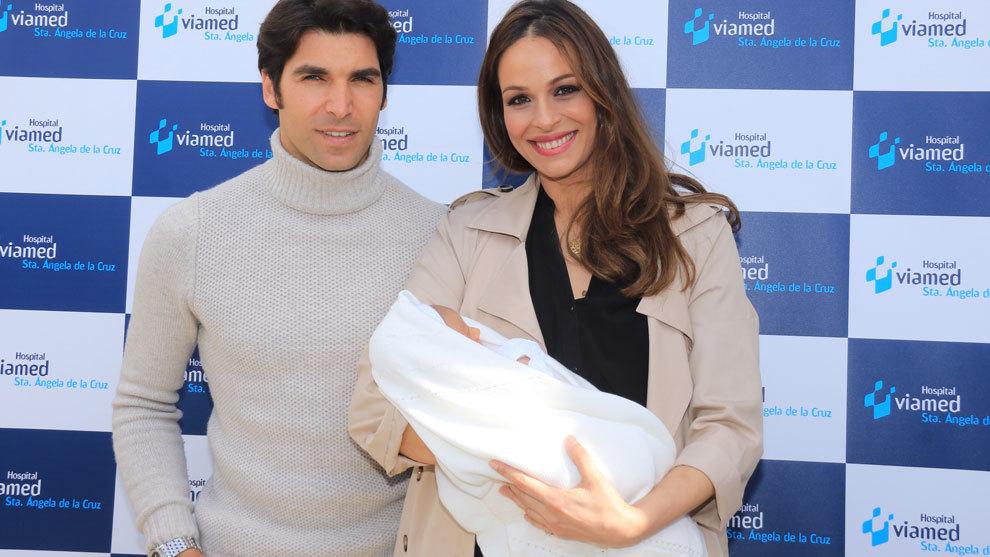 Cayetano Rivera y Eva González junto a su primer hijo.
