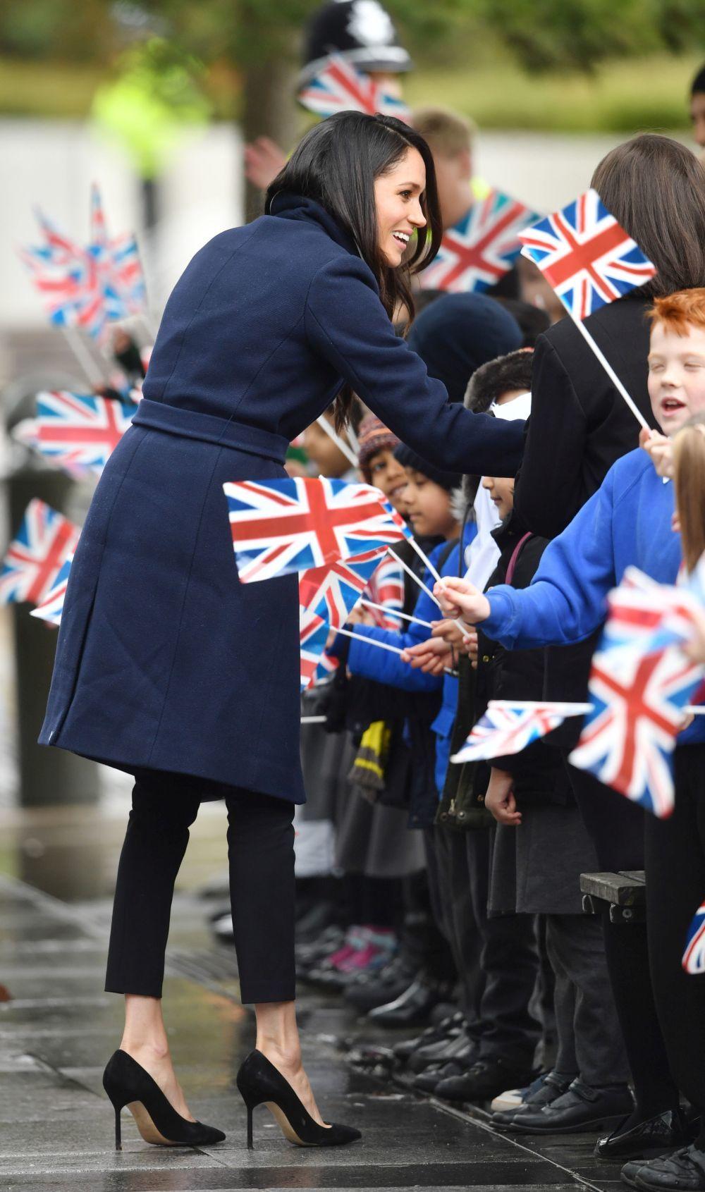 Meghan Markle recibiendo el cariño del pueblo británico en una de...