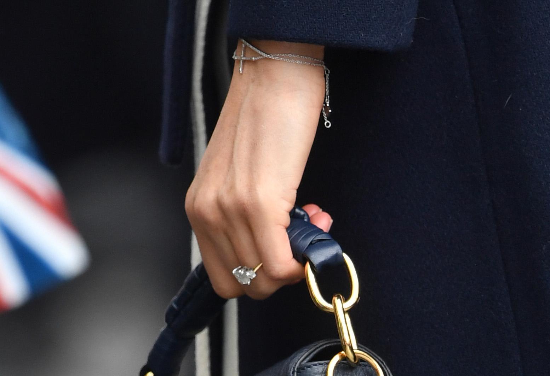 Detalle de la pulsera con cruz lucida por Meghan Markle el 8 de marzo.