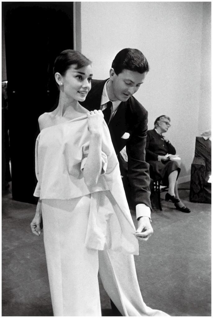 Hubert de Givenchy junto a Audrey Hepburn, de la que era su modista de...