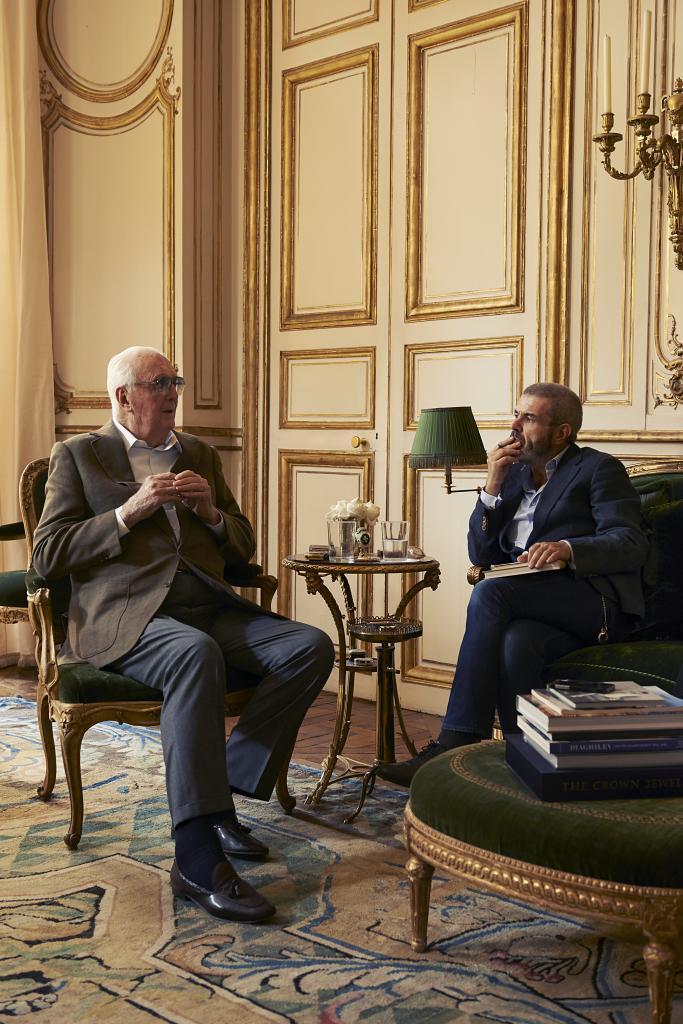 Lorenzo Caprile entrevistando a Givenchy.