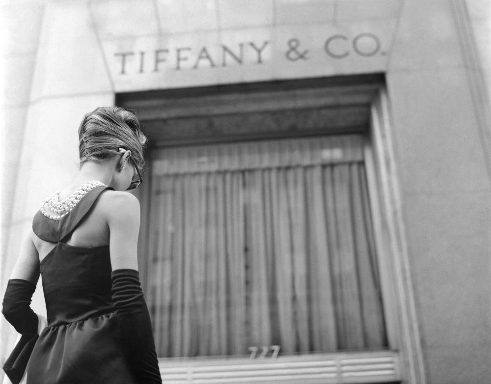 Audrey Hepburn en la famosa escena inicial de Desayuno con diamantes...