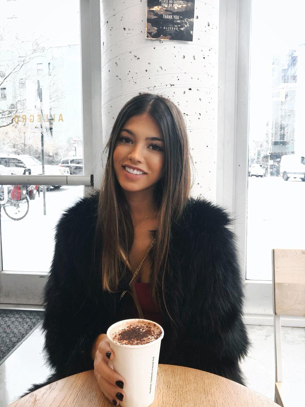 Teresa Seco disfrutando de un café capuccino en Nueva York.