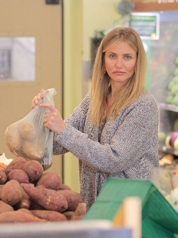 Cameron Diaz  haciendo la compra en el supermercado.