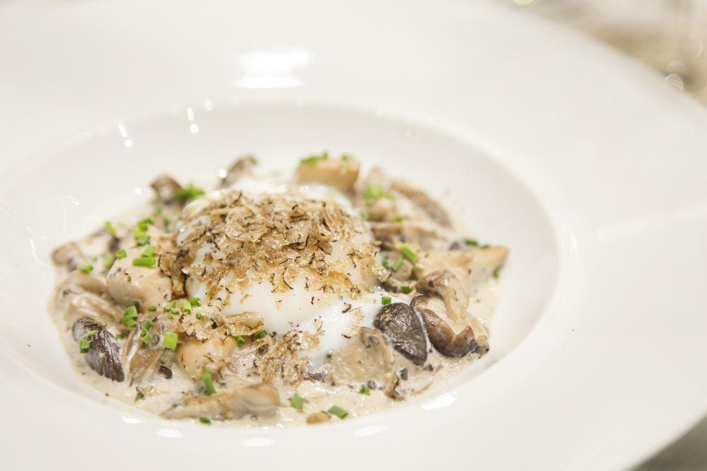 Huevo Antoinette: huevo escalfado con trufa negra acompañado  de un...