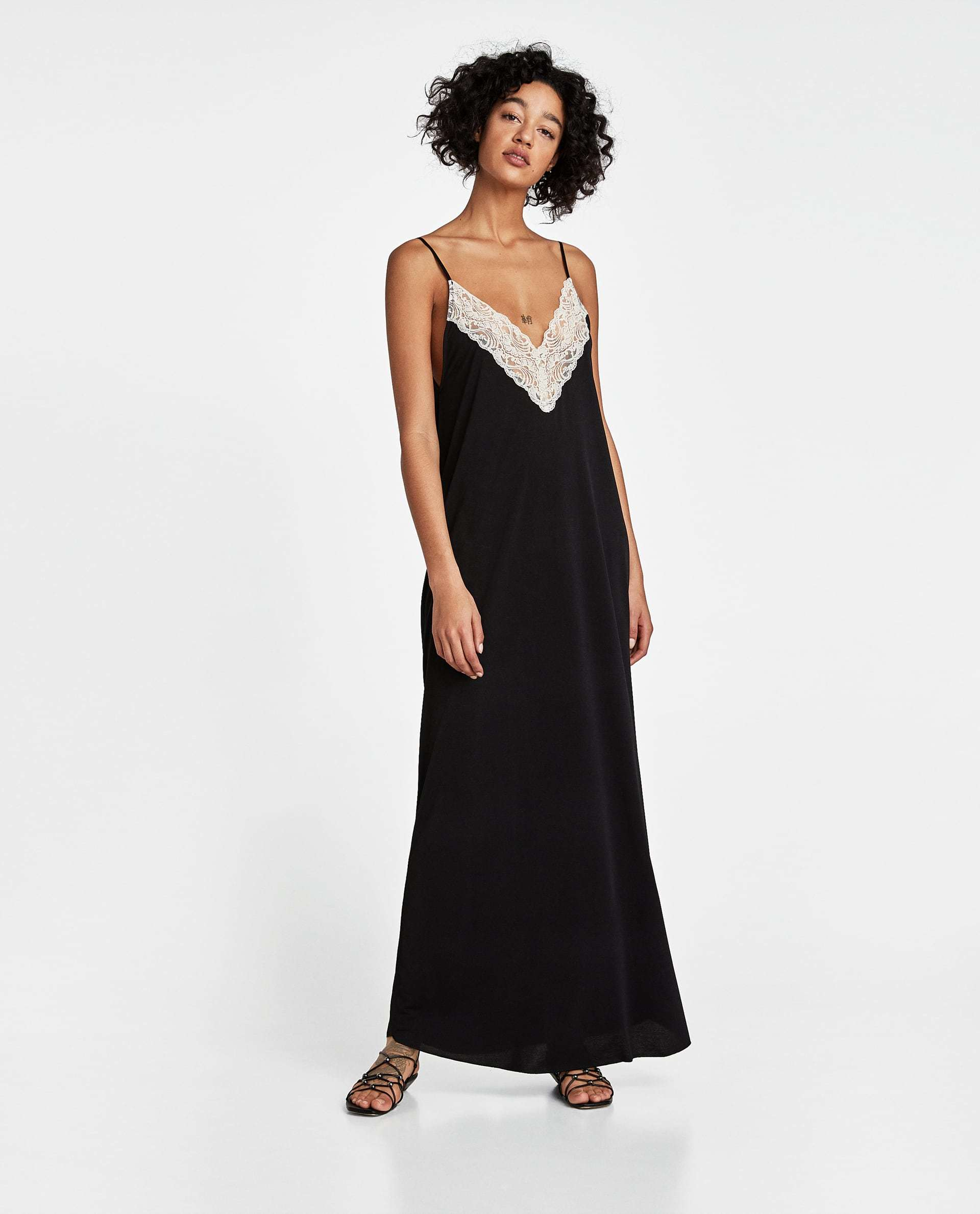 Slip dress de Zara, en raso negro (29,95 euros).