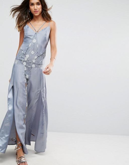 Vestido de raso azul con detalle de bordados, de Asos (19,99 euros).