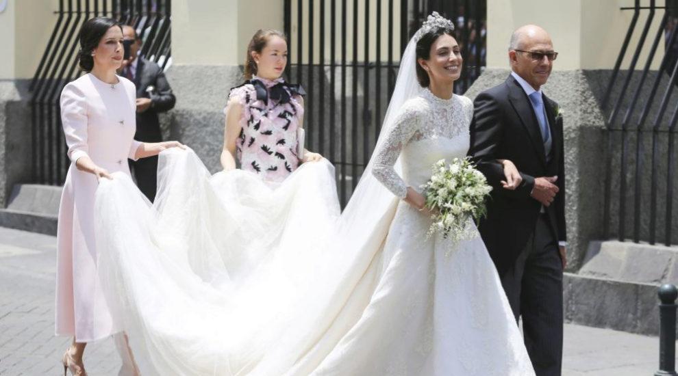 Alessandra de Osma junto a su padre llegando a la iglesia de San Pedro...