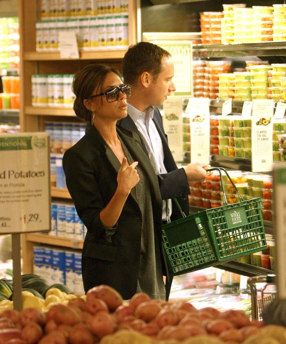 Victoria Beckham en la sección de verduras y vegetales orgánicos de...